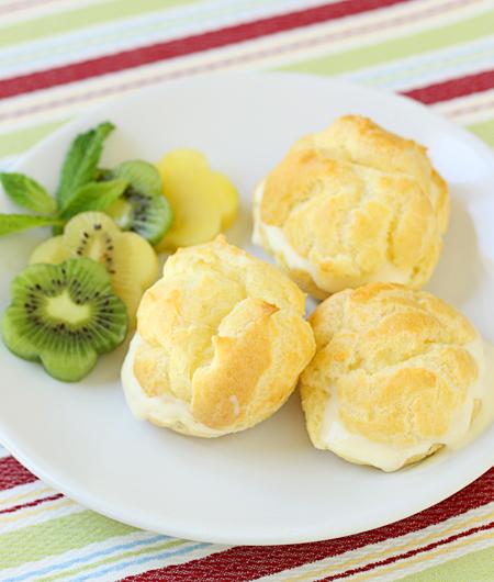 Cream Puffs Filled with Kiwi Cream