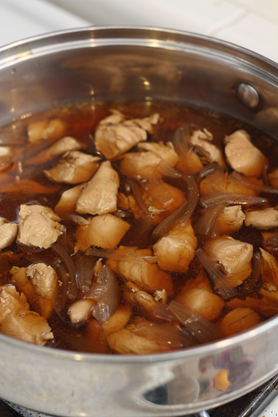 Simmer chicken and onion in flavored dashi