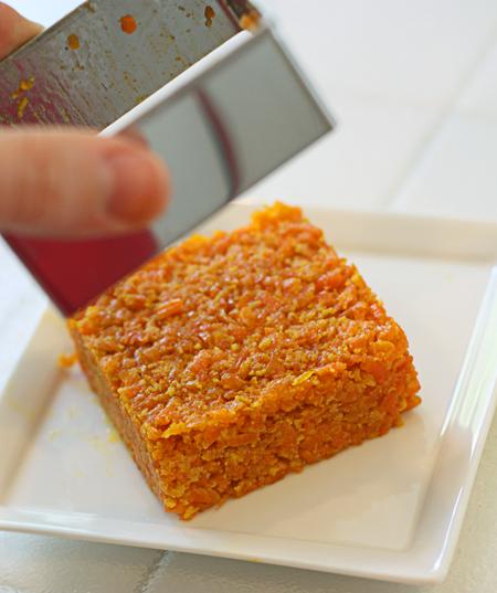 Unmolding the carrot halwa