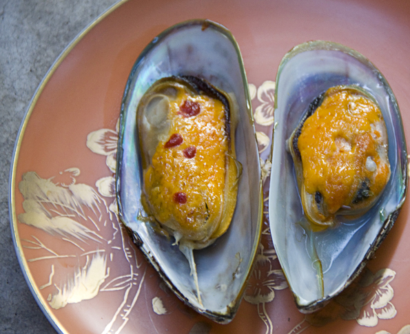 Baked Green-Lipped Mussels with a Sriracha Mayo topping