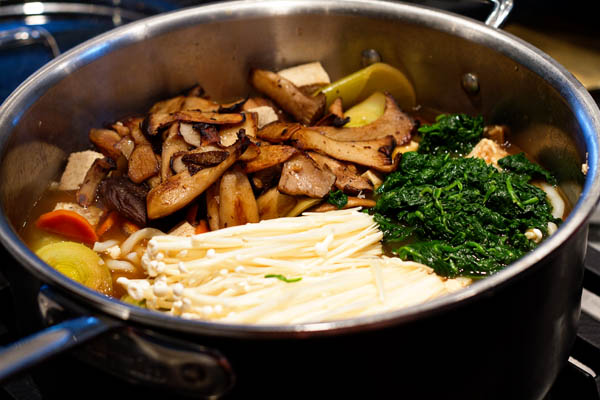 Making the nabeyaki udon