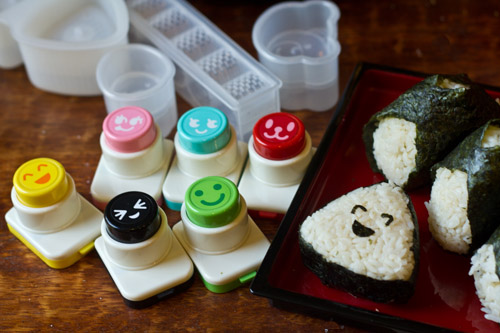 Making onigiri