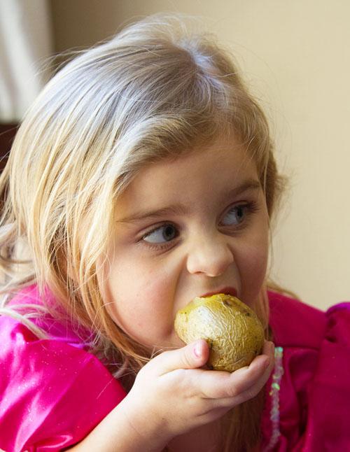 Bug likes to eat baked potatoes like apples - La Fuji Mama