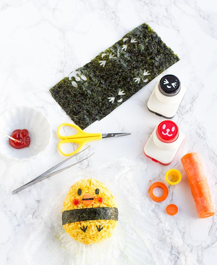Making a baby chick onigiri